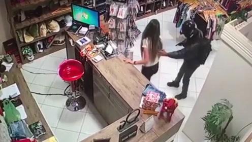 监控实拍美女店员乖乖交出了现金 劫匪却朝她的脸开了一枪