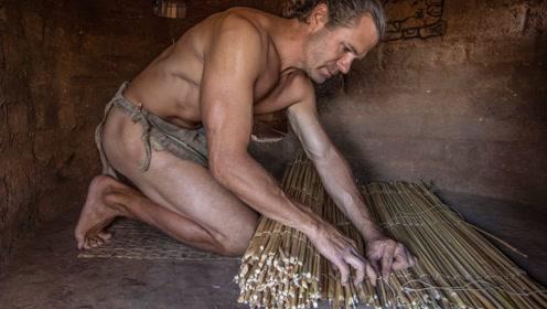 原始技术,肌肉哥心灵手巧,用草编织铺垫,睡觉有着落了