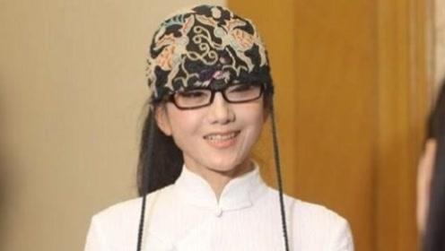 杨丽萍10年都没摘帽子,还以为是装饰,当她摘下帽子被吓到了