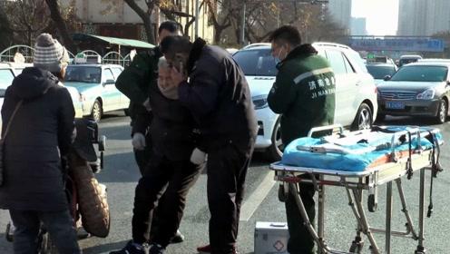 老人骑电动车疑精神短路冲上快车道,被公交撞倒不知所措!