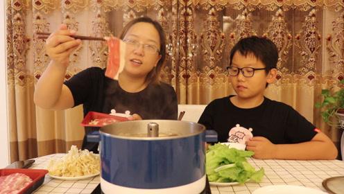 吃火锅肯定少不了牛肉卷,肉质鲜红纹理清晰,看着就觉得很诱人