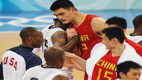 姚明在NBA也太受欢迎了,比赛结束后,梦之队排队上前和他打招呼