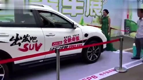 某汽车品牌举行试驾活动,现场就把女主持人给撞了,网友:打脸!