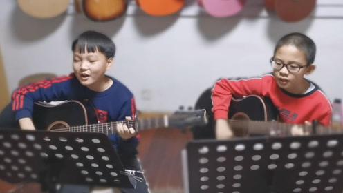 10岁小男孩组合弹唱《沙漠骆驼》,一开嗓太豪迈了,满满自信!