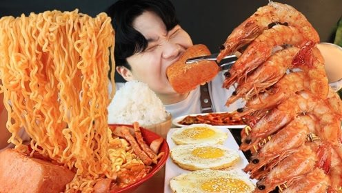 大胃王挑战火鸡面和香辣虾,加上超辣的韩国泡菜,闪烁光泽太诱人!