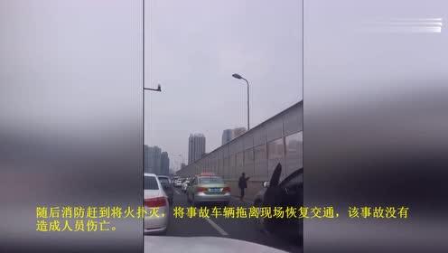 小车高架自燃致交通拥堵,被堵司机下车打军体拳自娱自乐
