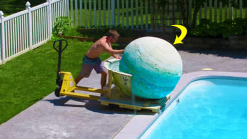 将重达200斤的沐浴炸弹,推入泳池后会怎样?迸发瞬间让人震惊!