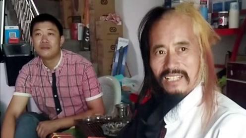 山东一男子隐居高山画龙,如今成为时尚主播,还染了黄头发!