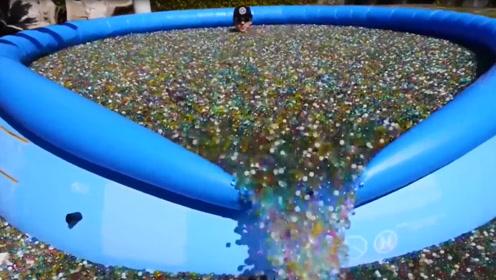 将钠扔到装满水宝宝的泳池会怎样?老外作死实验,网友:难怪国外人少