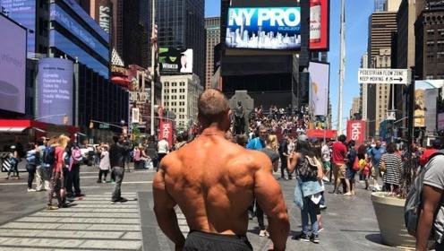300斤的健美巨兽在街头锻炼,逆天块头,引起众人围观!