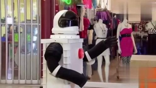 扫地机器人成精,居然表白吸尘器虐心,美女都快笑哭了,真搞笑