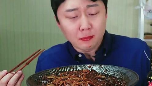 小伙大口大口吃火鸡面,眼泪都要辣出来了,看着既美味又过瘾!