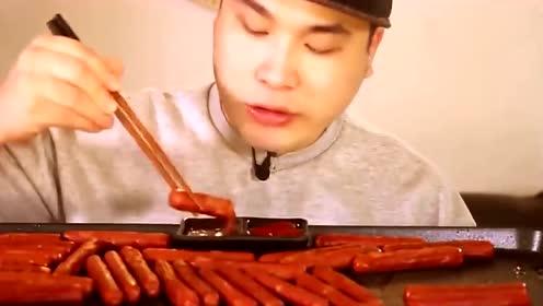 韩国欧巴吃播铁板烤台湾肠,蘸上韩国辣酱大口吃,吃的过瘾