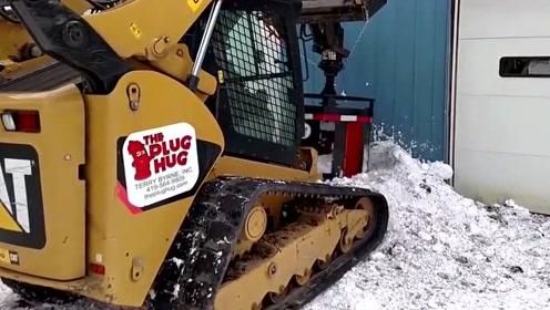 这个除雪的机器不一般,完美的将水源清理了出来