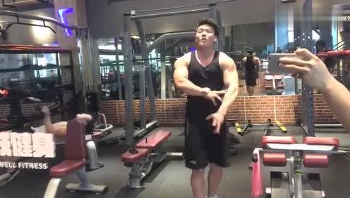 小哥哥渐入佳境,自由展示完美肌肉,已经盯着看了好久!