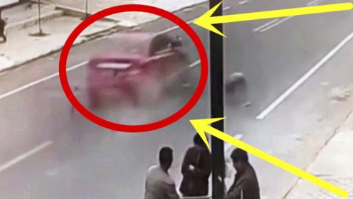 母亲看到熟人快步过马路,忘记身后孩子,三秒后愣在一旁!