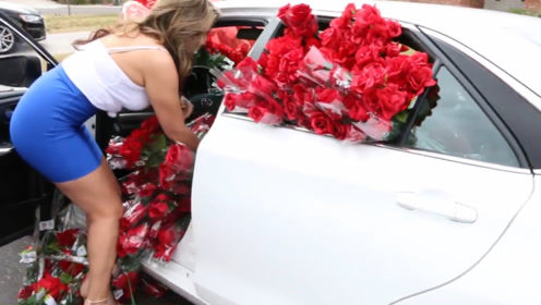 国外小伙车内放1000朵玫瑰,美女感动的妆都花了,追女神这么简单?