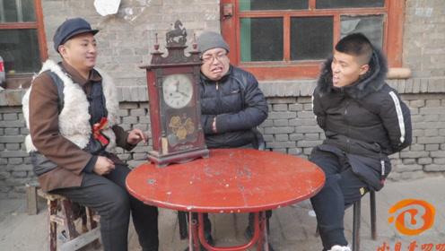 搞笑短剧:俩小伙见岳父,一个送花一个送钟,可把老丈人气坏了
