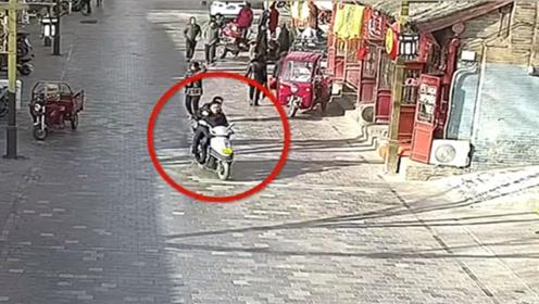 """""""热心市民""""骑车载民警追捕逃犯  民警对比一眼照片后:就你了"""