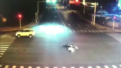 闯红灯的电动车,直接悲剧收场!这车祸谁负责