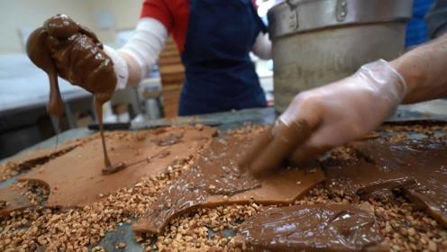 满满一大锅的巧克力直接倒,再铺满花生脆!跟面包片一样太诱人啦