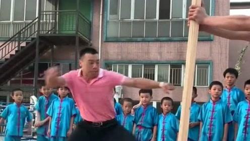 大哥你这是在练什么功夫,这个木棍都没有劈断,你确定是在表演功夫?