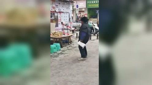 """7旬大爷老奶奶拌嘴 斗舞式""""文骂""""惊呆路人"""