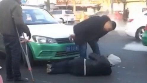 """喊""""爹""""都不起!吉林一出租车司机向碰瓷者喊爹求饶"""