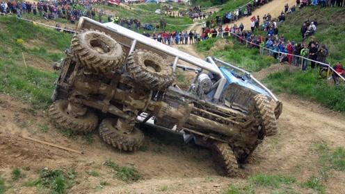 看着都想笑!那么牛的越野车也能翻车,都不知道这个司机咋开的!
