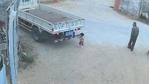 幼童自家门前玩耍惨遭货车2次碾压 母亲抱娃当场崩溃