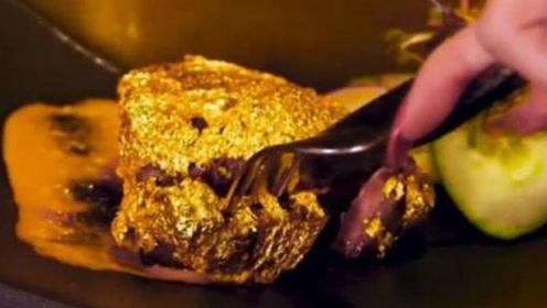 土豪是如何享受美食的?花6.8万吃一块牛排,还请人送到嘴里