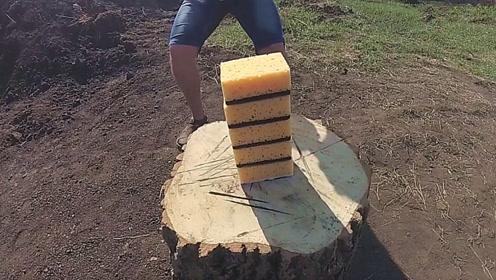 小伙把5块海绵叠放在一起,用斧子劈下去会怎样?真是有劲没地方使了!