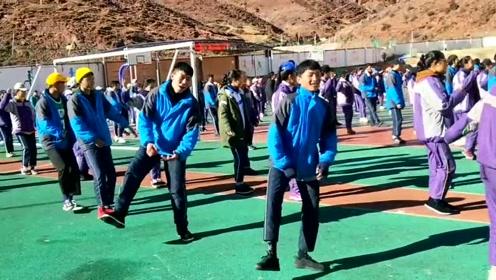 """藏族学生的""""广播操""""极具民族特性,漫不经心中透出舞蹈功底"""