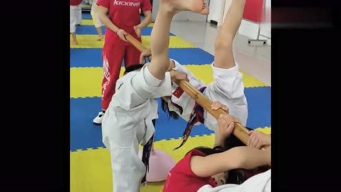 跆拳道训练日常,小朋友热得满头大汗依然坚持,看着让人心疼!