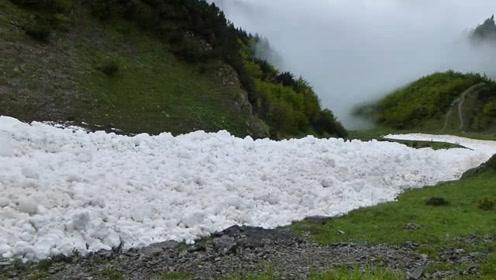 """高山流下""""白色泡沫"""",专家解释后,这是百年难见的自然现象!"""