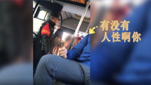 公交车夹乘客手司机道歉,女子大吵大闹:你没有人性