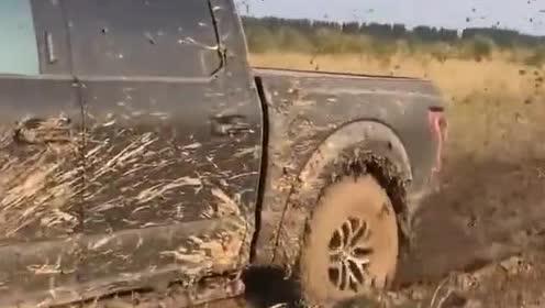 福特猛禽过泥潭就是牛,轮胎都陷进去了,居然还能开过去!