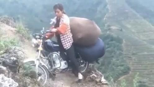 山里小姐姐的胆子就是大,这骑摩托车技术我服了,网友:厉害了