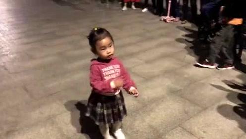 这个不到3岁的小妮子,广场上一支《白龙马》扭得真可爱