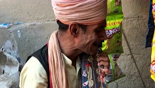 印度街头艺人,他手里拿的乐器我还真叫不出来什么名字,有知道的吗?