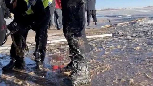 交警-25℃冰湖救人上岸3分钟裤子鞋子成冰块:吹暖气还觉得冷
