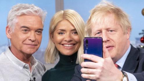 """暗示""""华为禁令""""后 英国首相约翰逊被拍到用华为手机自拍"""