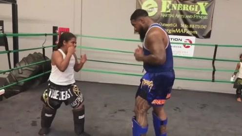 拳击教练真舍得下手,对得起姑娘的学费了