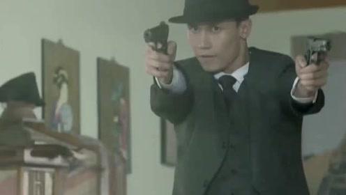 鬼子仗着人多,以为小伙一人杀不了他,谁料人家手持双枪打爆他!