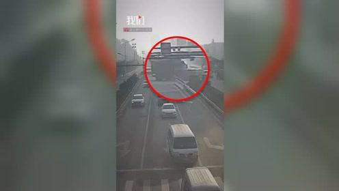 小货车横穿马路被大货车顶翻 众人看到小货车车厢惊出一身冷汗