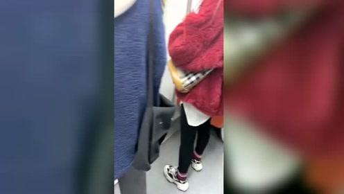今年这么流行这种布料吗?乘地铁一车厢人穿的都一样!