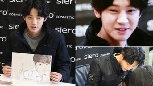 郑俊英参与集体性侵后 签名会上若无其事笑对粉丝
