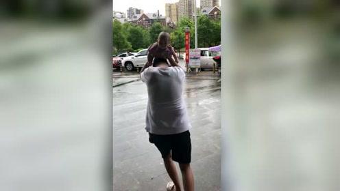爸爸带娃在超市买东西,突然下雨了,爸爸这样抱着宝宝就往家跑