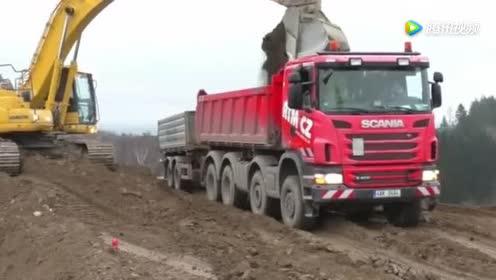 挖掘机装载斯卡尼亚自卸拖车!这一车要装多久?!
