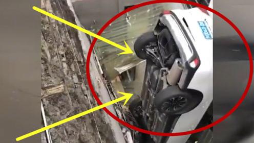 汽车一头栽进数米深坑,合力将人和车一同救出,现场惨不忍睹